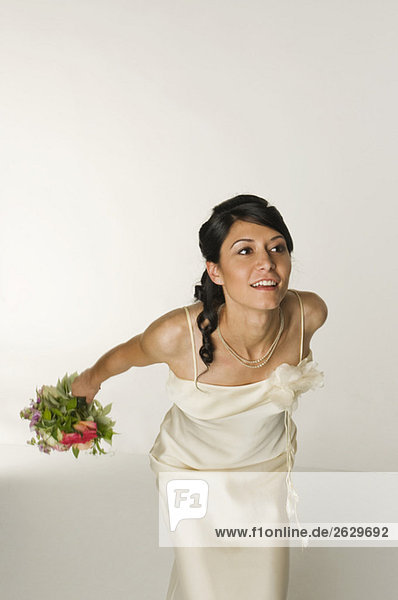 Junge Braut wirft Blumenstrauß
