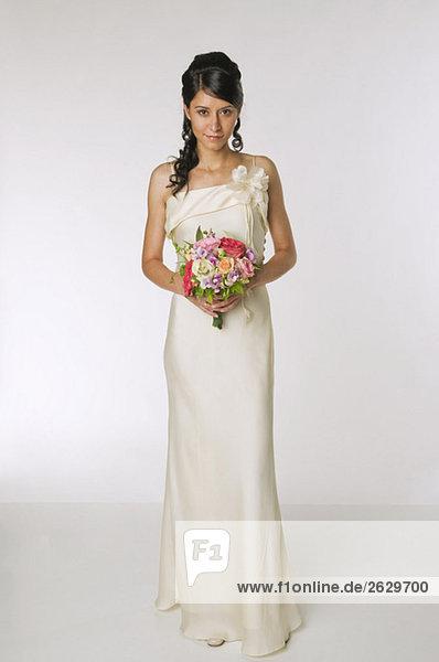 Junge Braut mit Blumenstrauß