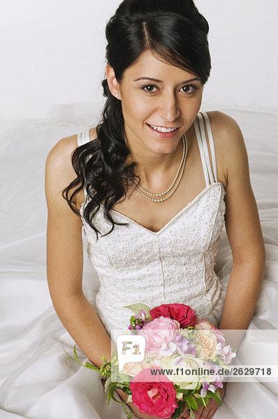 Junge Braut mit Blumen  erhöhte Ansicht