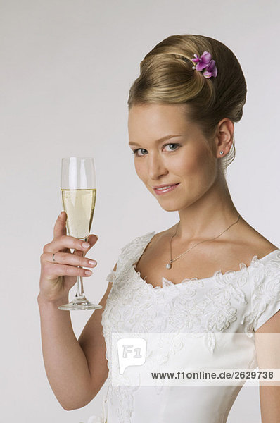 Junge Braut mit Champagnerglas  Portrait