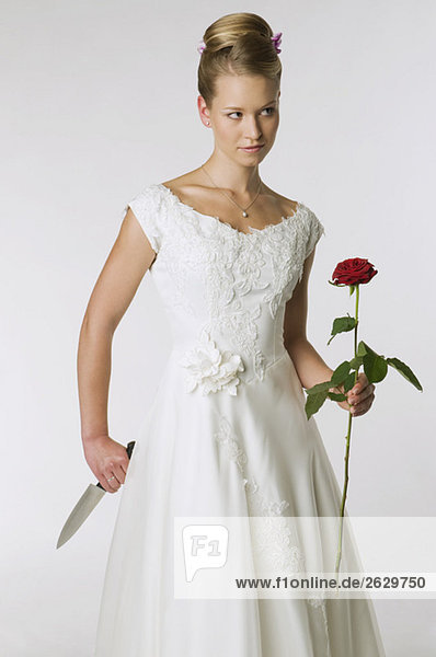 Junge Braut mit Messer und Rose  Portrait