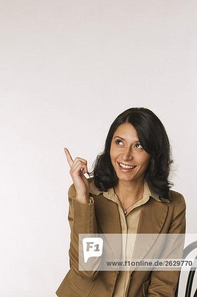 Junge Frau  mit dem Finger zeigend  Portrait