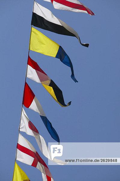 Signalflaggen gegen blauen Himmel