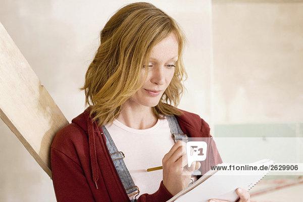 Junge Frau schreibt Notizen  Porträt