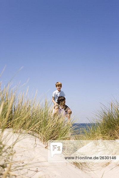 Deutschland  Ostsee  Vater mit Sohn (8-9)