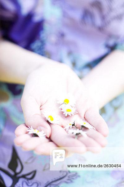 Mädchen Abholung Blumen