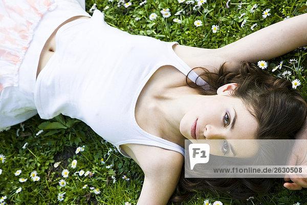 Frau Verlegung auf das Gras