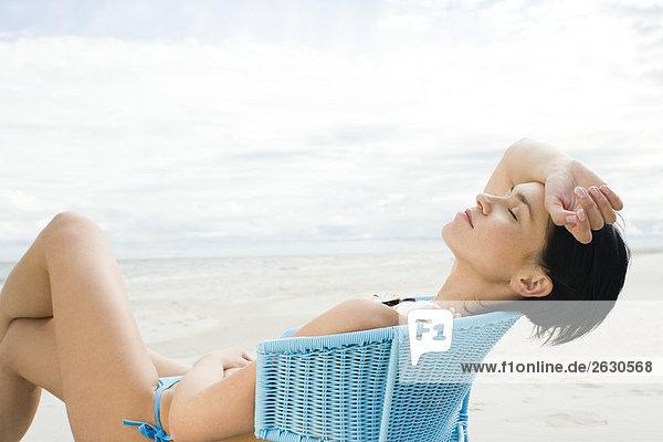 junge Frau Sonnenbaden