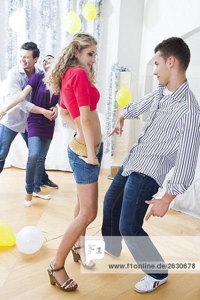 Freunde tanzen auf party