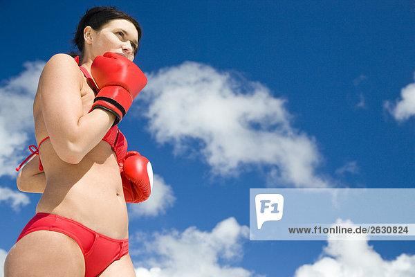 Frau in Bikini und Boxhandschuhe