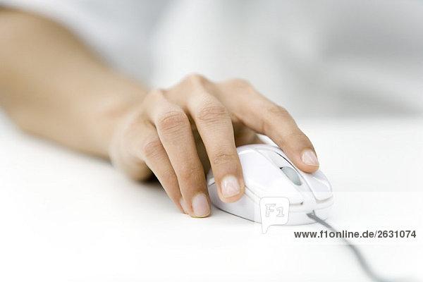 Hand mit Computermaus, Nahaufnahme