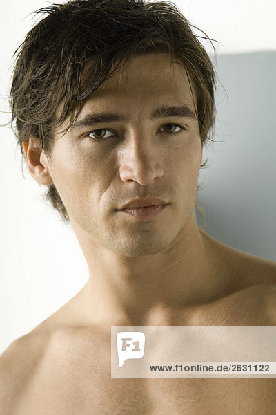 Nackter Mann mit Blick auf die Kamera  Porträt