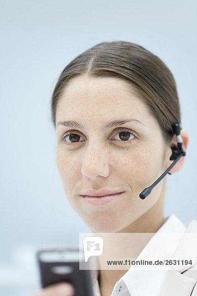 Junge Frau mit Kopfhörer  lächelnd  Portrait