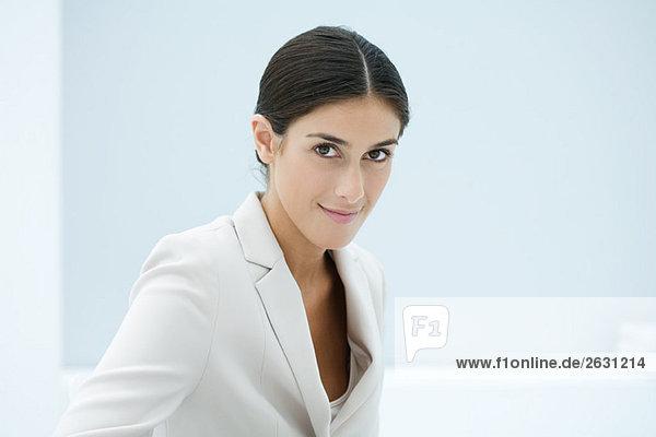 Professionelle Frau lächelt vor der Kamera  Porträt