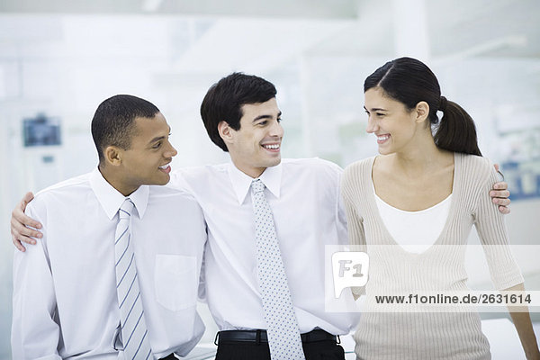 Drei Profis mit den Armen um die Schultern  lächelnd  Porträt