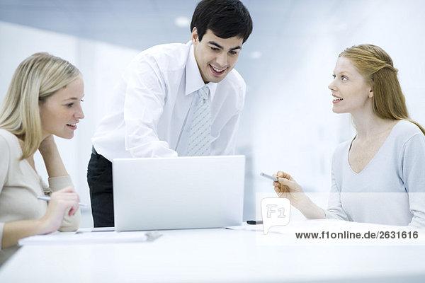 Profis  die gemeinsam mit dem Laptop arbeiten