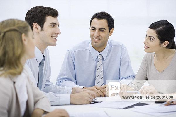 Geschäftsmann sitzend mit Kollegen am Konferenztisch