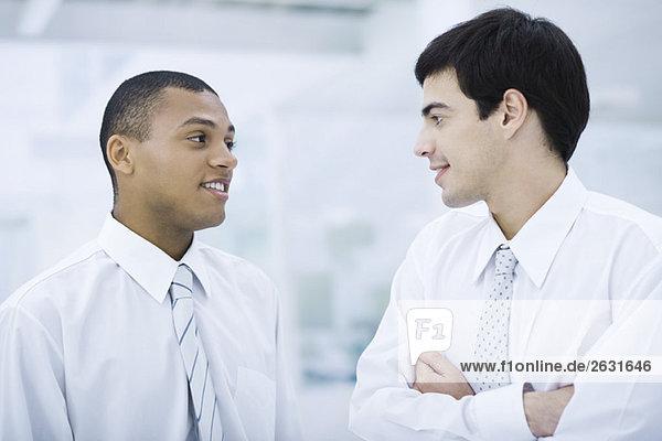 Zwei junge Geschäftsleute im Gespräch