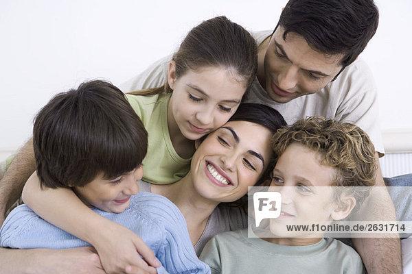 Familie genießt den Moment der Nähe