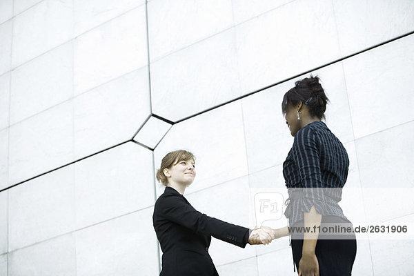 Geschäftsfrauen beim Treffen und Händeschütteln