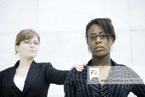 Geschäftsfrau Klopferin auf der Schulter