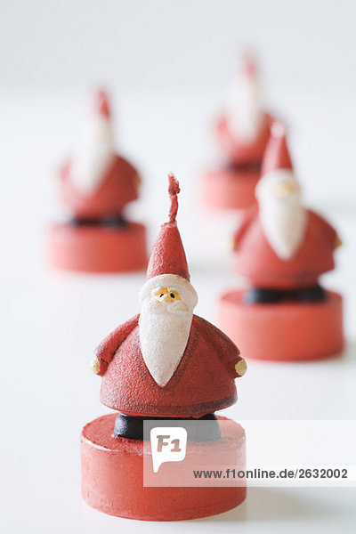 Weihnachtsmann-Kerzen  Schwerpunkt im Vordergrund
