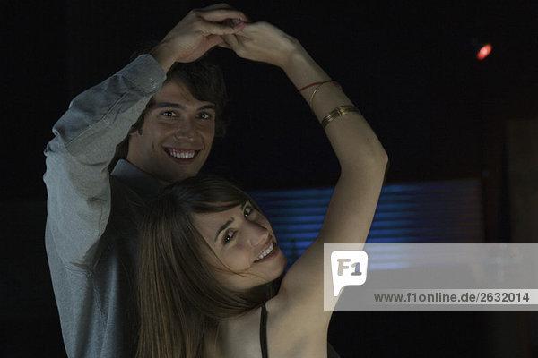 Paare tanzen  lächeln in die Kamera  Portrait