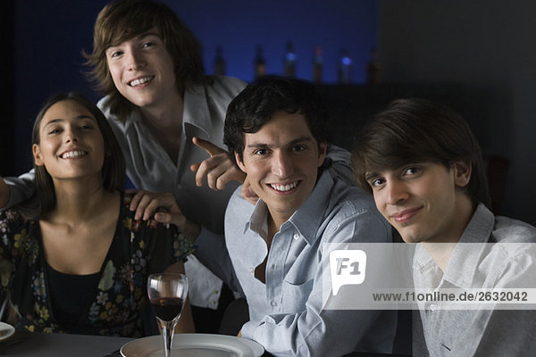 Freunde in einer Bar  lächelnd in die Kamera  Porträt