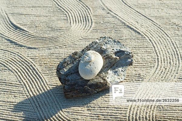 Stapel Stein hoch oben Sand Rechen Treibholz