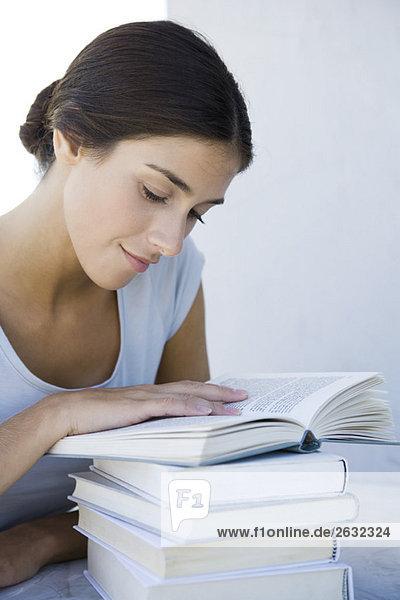 Frau Lesung Stapel von Büchern