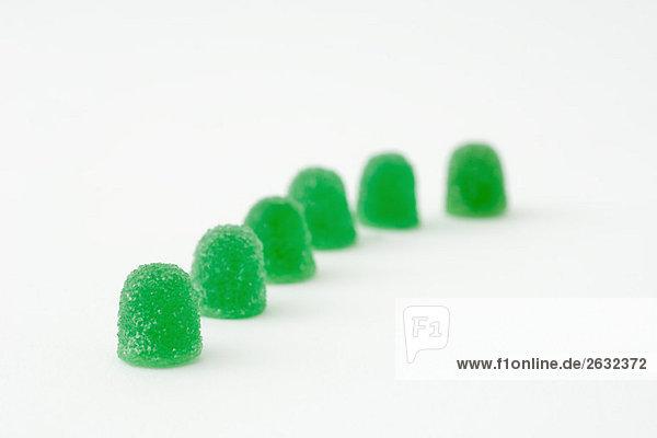 Grün Gummi Tropfen in einer Linie Grün Gummi Tropfen in einer Linie