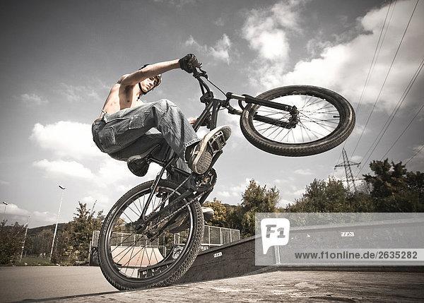 Biker macht ein Kunststück