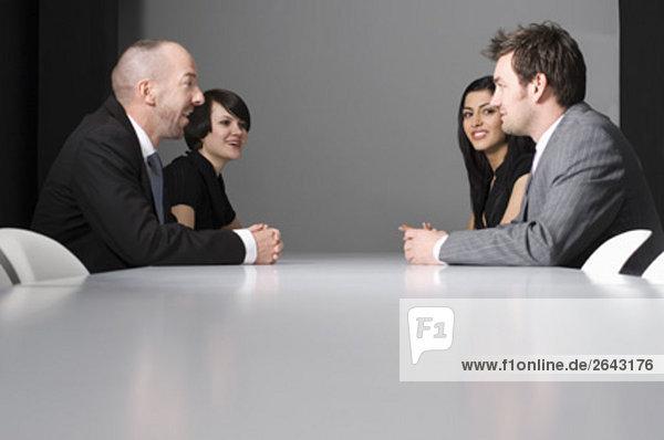 sitzend 4 Mensch Geschäftsbesprechung Menschen Tisch Business Konferenz