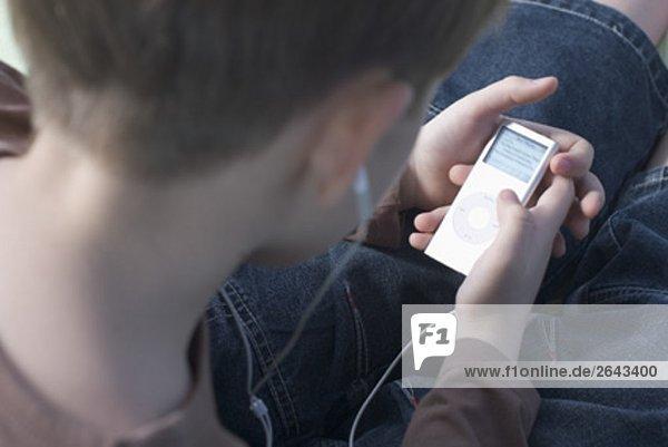 Boy Musikhören auf ipod