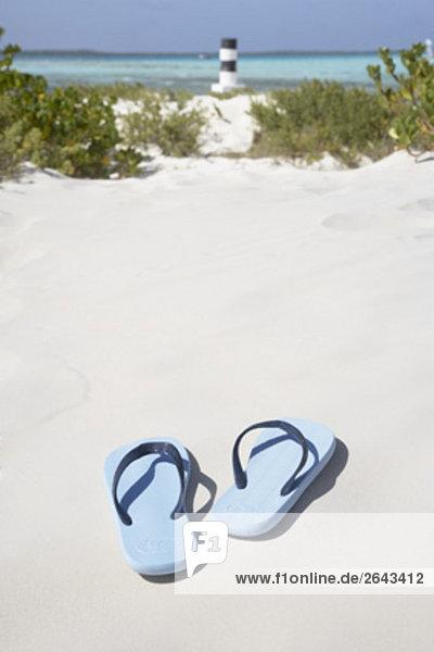 paar Flip flops auf Sandstrand