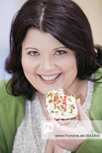 Headshot übergewichtigen Frau essen Brot mit Frischkäse Headshot übergewichtigen Frau essen Brot mit Frischkäse