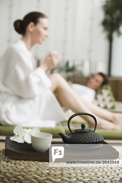 junges Paar Entspannung und Tee trinken