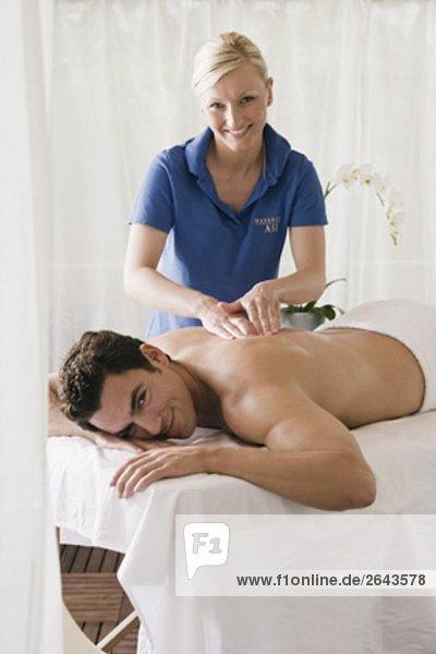 Mann Massage liegt Bank undergoing Massage-Behandlung