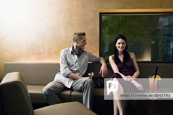 junges paar sitzen in bar Flirten mit einander