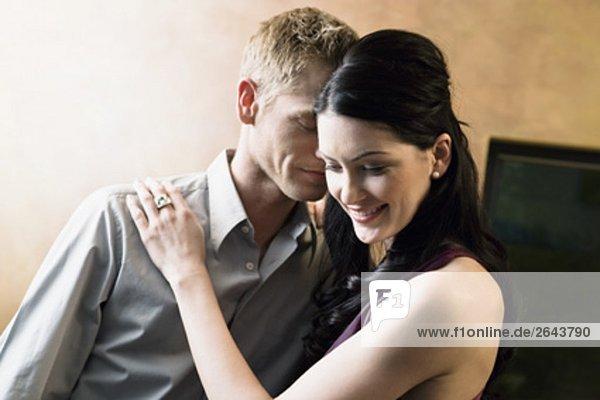 Porträt der jungen Paar umarmen in der Bar