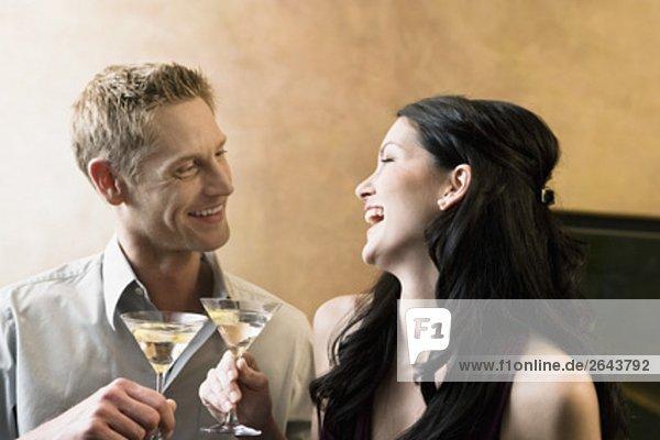 Porträt der jungen Paar in bar mit cocktail-Gläser
