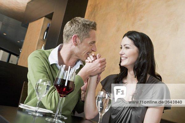 junges paar Restaurant Hände