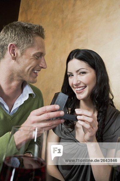 junges paar sitzen am Restaurant Mann die Frau ring