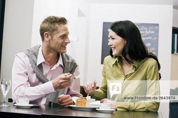junges paar im Cafe essen Kuchen gemeinsam