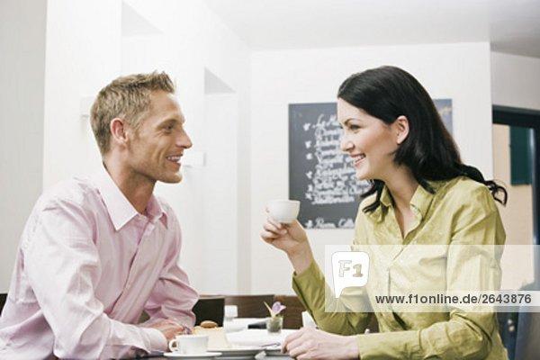 junges paar im Cafe Flirten mit einander