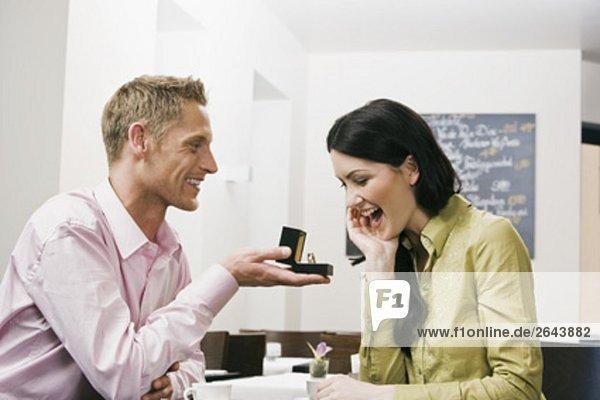 Verlobung sitzend Frau Mann zeigen Cafe jung klingeln