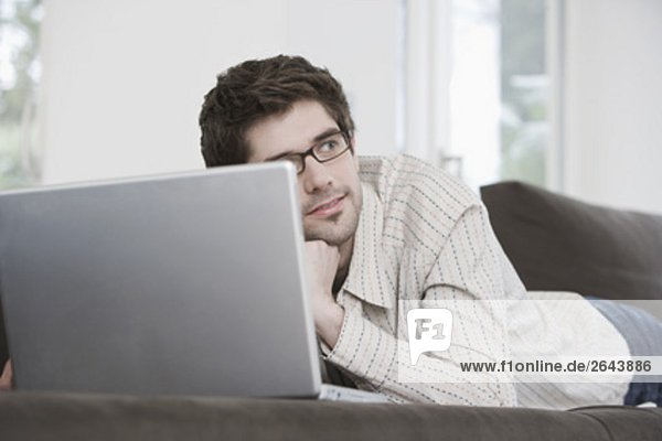 Interior  zu Hause  Portrait  Mann  Computer  Notebook  arbeiten  jung