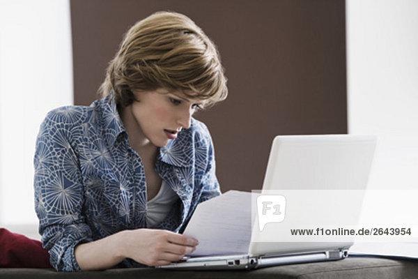 Interior  zu Hause  Frau  Computer  Notebook  jung  vorlesen