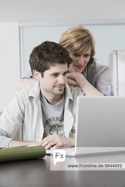 sitzend  Interior  zu Hause  Portrait  Computer  Notebook  sehen