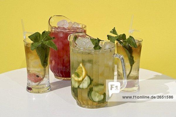 Pimms- und Wassermelonen-Cocktail in Krügen und Gläsern